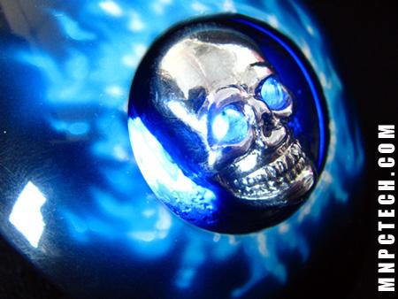 Металлический череп в объятиях синего пламени