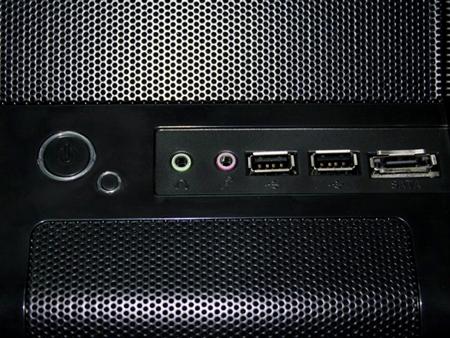 Передняя панель корпуса NZXT M59 выполнена с установленной металлической сеткой (такое решение пришло из сферы моддинга). Также на передней панели выведены разъемы для наушников и микрофона, а также разъемы USB и eSATA