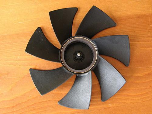 Крыльчатка вентилятора с осью. Во время моддинга вентилятора необходимо закрыть внутренности малярным скотчем, иначе вы испортите вентилятор или у вас получится гетто моддинг