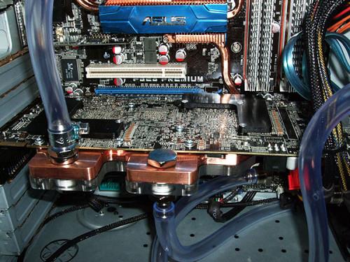 Ватерблок EK-FC4870X2, подключенный в систему водяного охлаждения