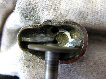 При помощи главного инструмента моддера - дремеля (dremel) выпиливаю дверь внутренности черепа ;)