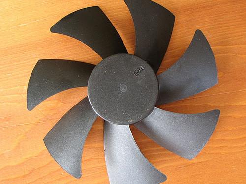 Крыльчатка вентилятора. Чаще всего моддеры ее красят, реже подвергают другому моддингу, например изменяют геометрию лопастей