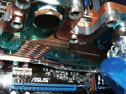 Водоблок EK-FC4870X2 охлаждает водой видеокарту