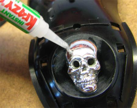 Процесс приклеивания черепа к пластиковой полусфере