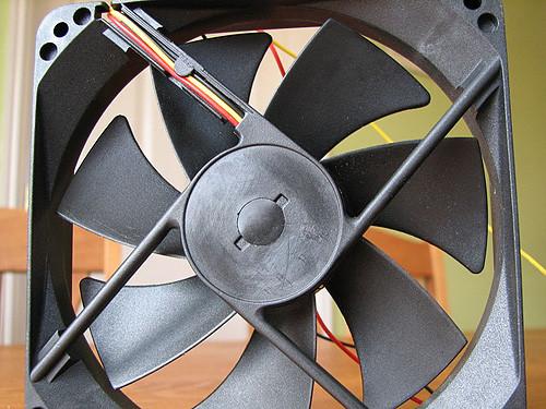Резиновую заглушку на обратной стороне вентилятора необходимо удалить для разборки вентилятора. Удобнее всего это делается небольшой отверткой