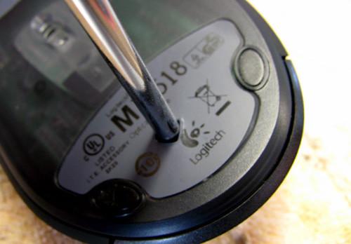 Выкручиваем крепежный винт из корпуса Logitech MX518 при помощи крестовой отвертки