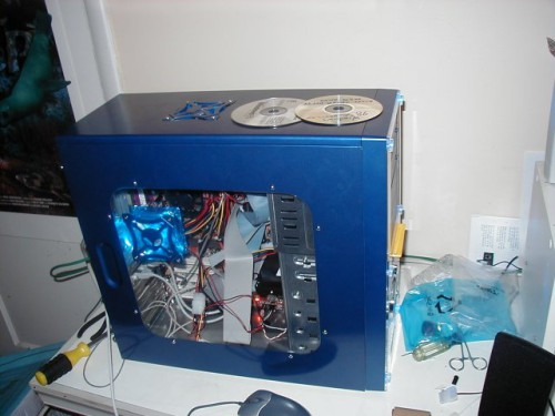 Компьютерный корпус с прозрачным окном, установленный в боковую панель