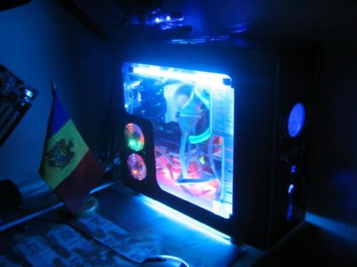 Корпус компьютера, в который установили несколько ламп подсветки